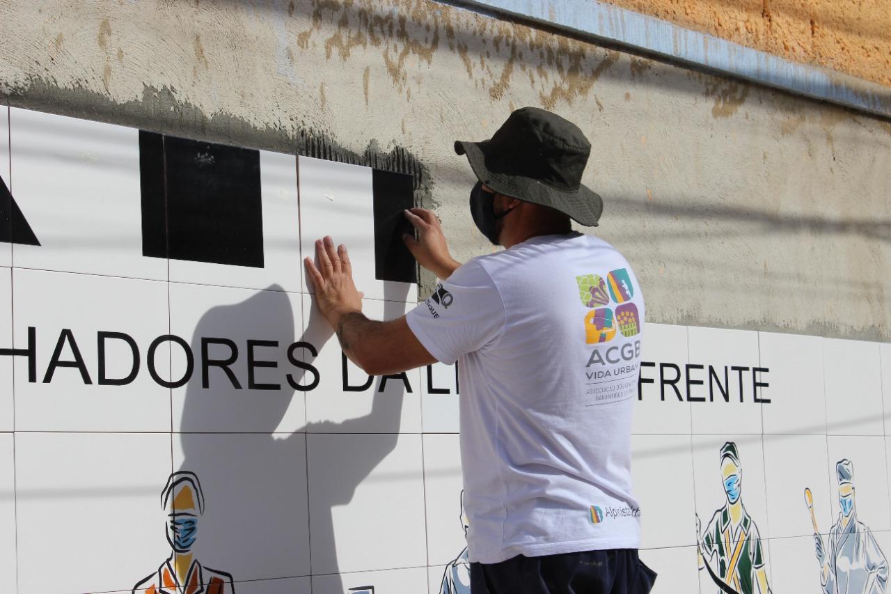 Conheça o passo a passo da criação e instalação do painel de azulejos